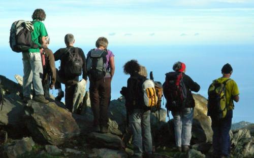 Membres del G.P.RENC mirant cap a l'horitzó (crèdit: Didier Payré)