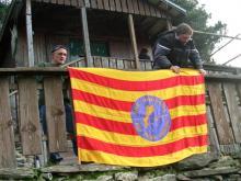 Membres del G.P.RENC pengen la bandera de l'aplec excursionista dels PPCC